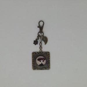 Apprêts en bronze antique, perles en acrylique. Cabochon en verre 20mm. Fermeture Homard.
