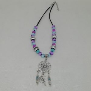 Collier de 43 cm + 4 cm d'extension en suédine noire. Composé d'un pendentif attrape-rêves ainsi que plumes et fée en acier inoxydable. Les perles sont en acrylique, au nombre de 26.