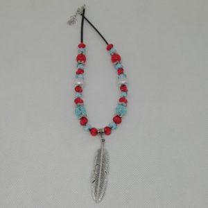 Collier de 43 cm + 5 cm d'extension en suédine noire. Plume en acier inoxydable de 6 cm de long. 36 perles en acrylique.