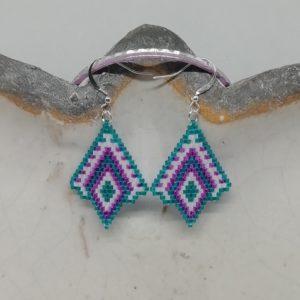 """La délicatesse de la Miyuki tissée à la main. Le modèle """"diamant inversé"""" vous donnera une très belle allure. 390 perles tissées une à une, trois heures de travail minutieux ont été nécessaire pour confectionner cette paire de boucles d'oreilles."""