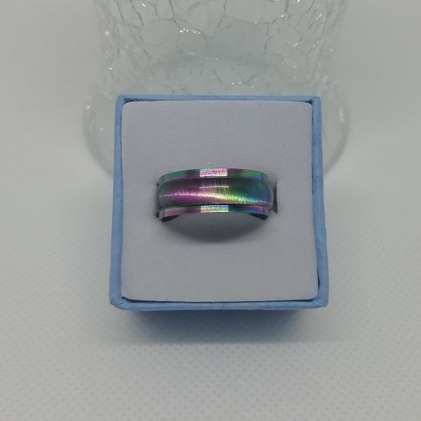 Très jolie bague irisée en acier inoxydable. Ses couleurs arc-en-ciel sont d'un éclat irrésistible quand la lumière vient jouer avec elles. On craque!