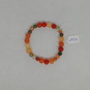 Bracelet composé d'un élastique doublé et agrémenté de perles Agate oranges de 8 mm et Agate Paon teintées de 6 mm. Grade AAA. Tour de poignet de 17 à 19 cm .