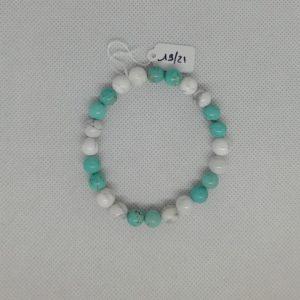 """Bracelet composé d'un élastique doublé et agrémenté de perles Howlite Blanche et Turquoise de 8 mm. Grade AAA. Ce n'est pas de la pierre naturelle """"Turquoise"""". Inaccessible au niveau tarif pour les créatrices de bijoux fantaisie. La véritable Turquoise est travaillée par les joailliers. Tour de poignet de 19 à 21 cm."""