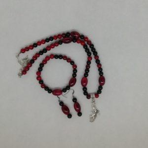 Parure comprenant un pendentif, une paire de boucles d'oreilles et un bracelet.